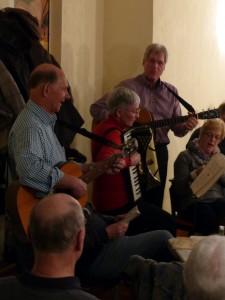 Begleiteten die Sänger auf ihren Instrumenten - Gerhard Trumpa, Ursula Wendt, Lutke Ebeling -1